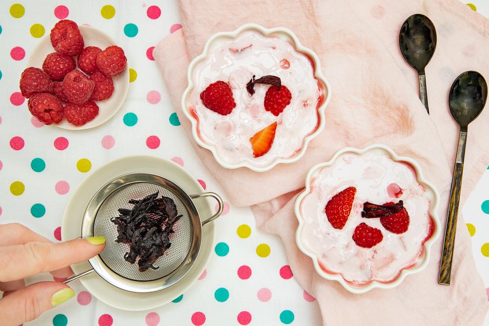 Yaourt grec au bissap et fruits rouges - phographie culinaire youcookme